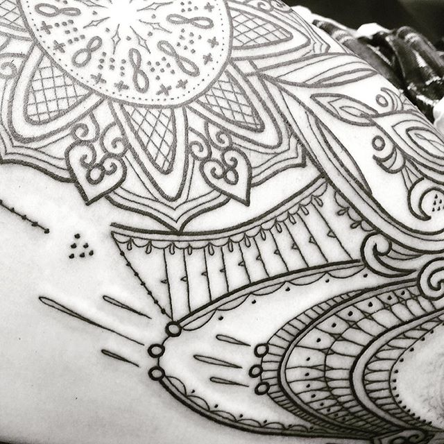 Working on a thigh piece for Susan @studioxiiigallery studioxiii