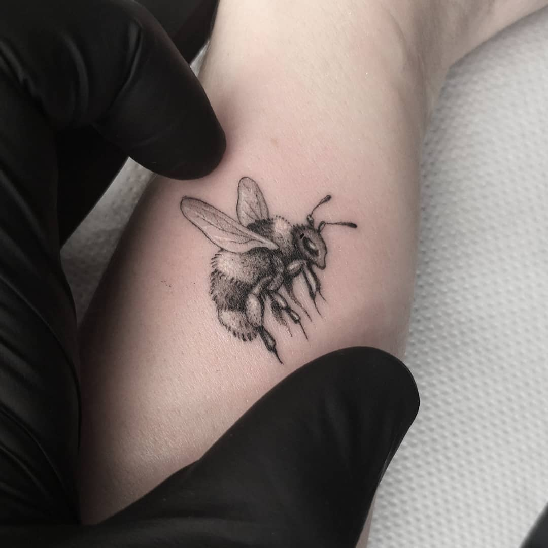 A wee tiny bumblebee! studioxiii goodtattoos besttattoos bumblebee singleneedletattoo singleneedle fineline finelinetattoo inkdup inkd skinart minitattoo miniatures wheretheytatt uktattooartist uktattoo blackworksubmission realismtattoo realistictattoo tinytattoo tattoolifestyle wowtattoo newtattoo tattooculture inkart inkaddict detailed