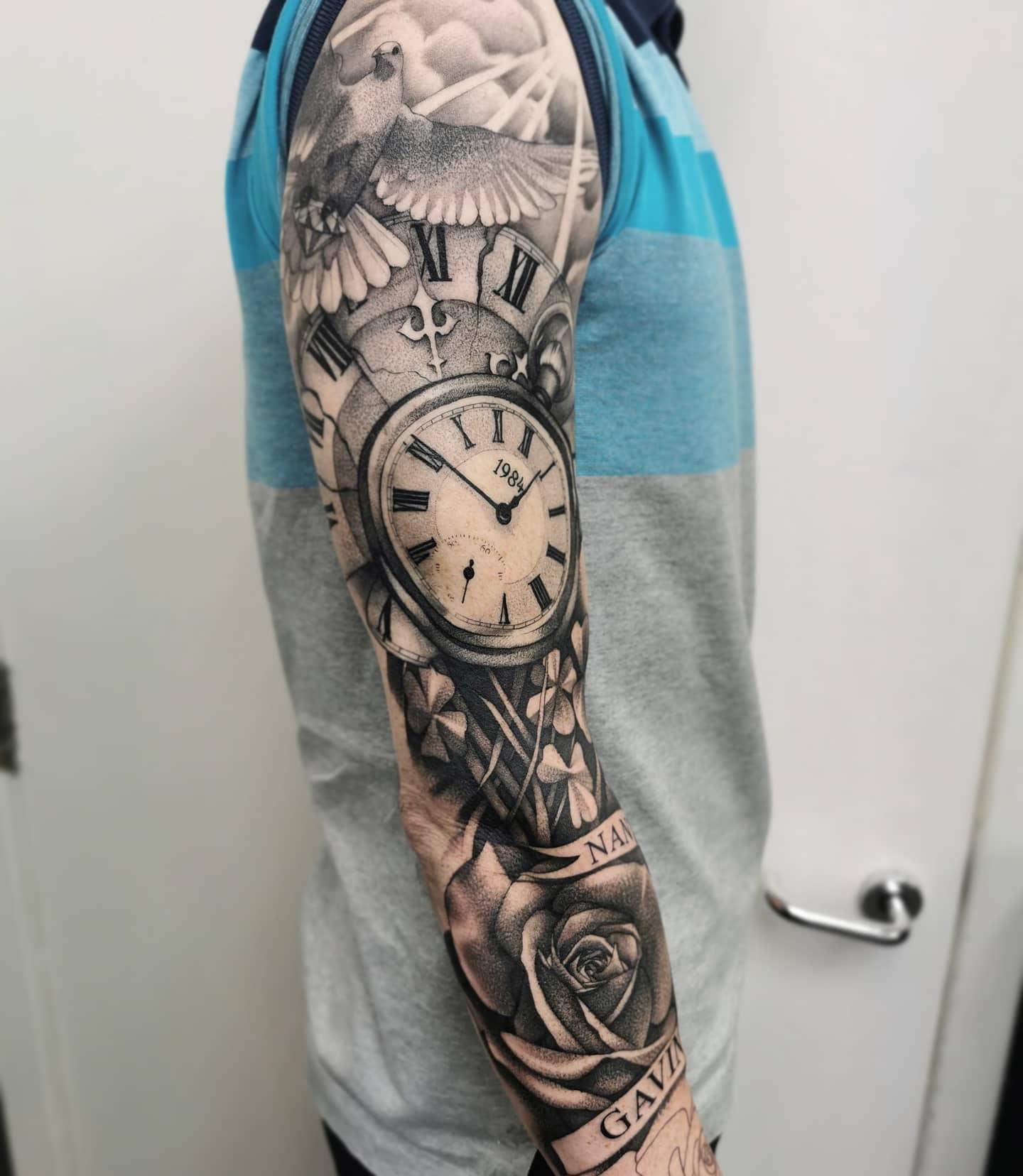 Nice progress on this B&G Classic _________________________________ pocketwatch classic tattoo artdriven stencilstuff edinburghtattooartist studioxiii silverbackink btattooing onlythedarkest tattooartist tattooartistuk edinburgh ink tattoos inked tattooed picoftheday art love pic photooftheday photo blackandgrey blackngrey instagram artist design tattooer